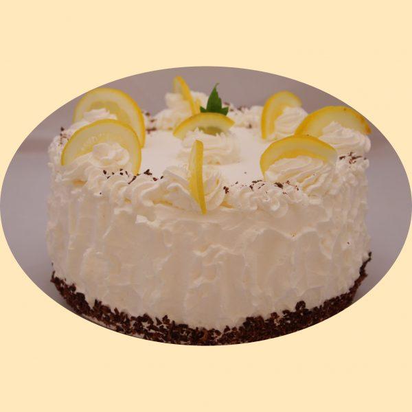 Citromkrém torta tejszínhabbal és citromszeletekkel díszítve.
