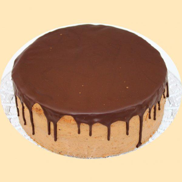 Csokoládé torta teteje csokoládéval leöntve.