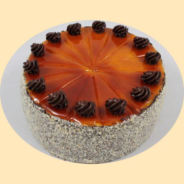 Doboslapok doboskrémmel, finom kakaós vajkrémmel töltött torta dobos cukorral a tetején.