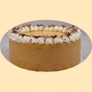 Karamell torta tejszínes karamellkrémmel és tejszínhabbal díszítve.