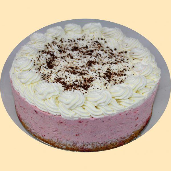 Tejszínes eperkrémmel töltött torta tejszínhabbal és idényben eperszemekkel díszítve.
