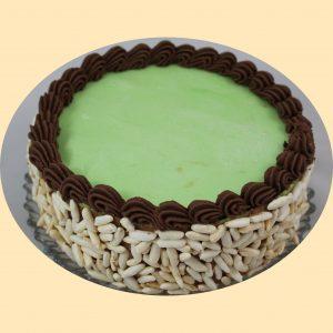 Jappán torta puffasztott rizspanírral zöld marcipánlappal és csokoládékrémmel díszítve.