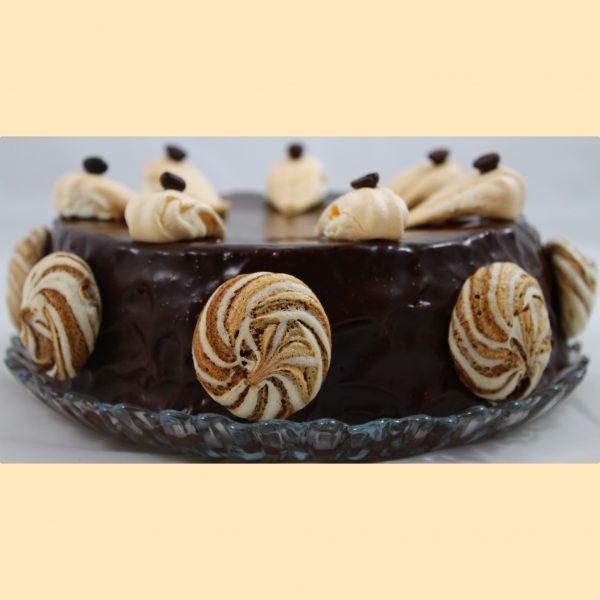 kávé torta csokoládéval bevonva, csokoládés habcsókkal díszítve.