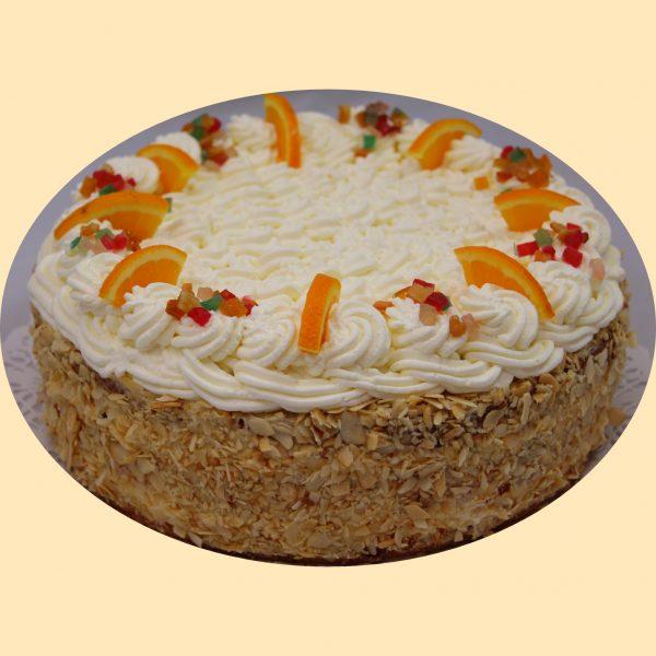 Oroszkrém torta tejszínhabbal kandírozott gyümölcskockával és naranccsal díszítve.