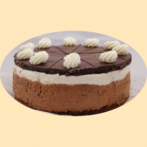 Csokoládés tejszínnel töltött torta tejszínhabbal, teteje étcsokival bevont piskótalapokkal díszítve. Könnyü, nem édes torta, a csoki kedvelőinek.