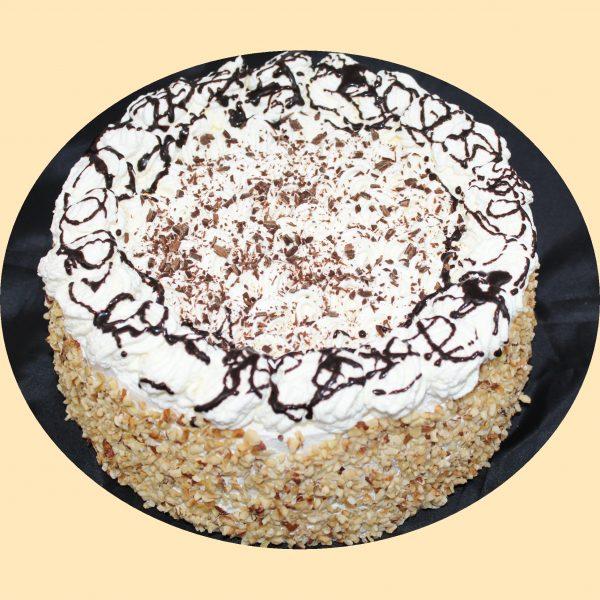 Sárgakrémmel töltött poskótalapok tetején tejszínhabbal oldalán diópanírral, csokiöntettel meglocsolva.