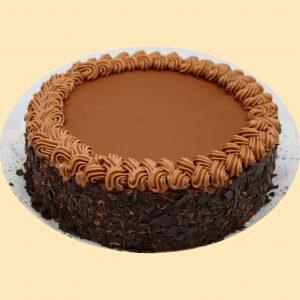 Tejcsokoládé torta, teteje tejcsokoládéval bevonva, oldala csokireszelékbe forgatva.