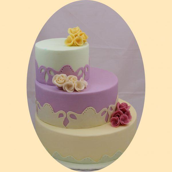Eltolt szintes három emeletes torta fehér, lila és halványzöld színekben, hehér lila és sérga marcipán virágcsokor díszítéssel.