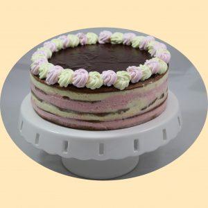 Négyrétegű szines torta csokoládé tetővel, a lajcsi sütemény mintájára, tortaálványon.