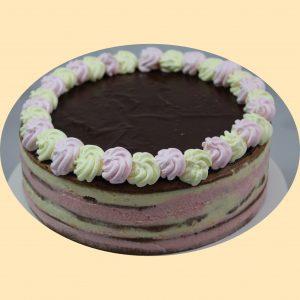 Négyrétegű szines torta csokoládé tetővel. a lajcsi sütemény mintájára.