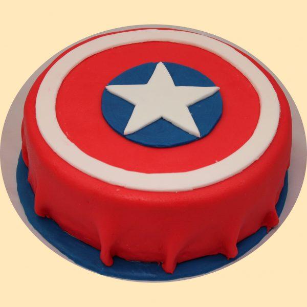 Amerika kapitány pajzsának mintájára készült torta piros alapon fehér kör díszítéssel kék alapon fehér csillaggal a közepén.