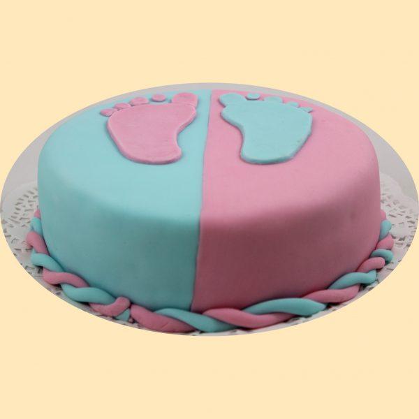 Kétszínű bevonatos torta, babakék és babarózsaszín bevonattal ellentétes színű baba talp lenyomattal díszítve.
