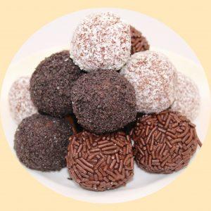 Csokoládés piskótagolyó csokidarába forgatva.