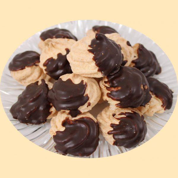 Kókuszos habcsók félig csokoládéba mártva.