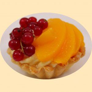 Gyümölcskosárka vaníliás krémmel töltve ribizlivel és barackkal díszítve.