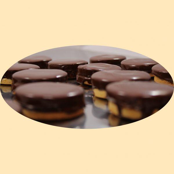 Omlós linzerlapok baracklekvárral töltve és csokival bevonva.