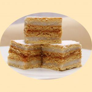 Mézes lapok könnyű kérmmel és baracklekvárral rétegezvett sütemény.