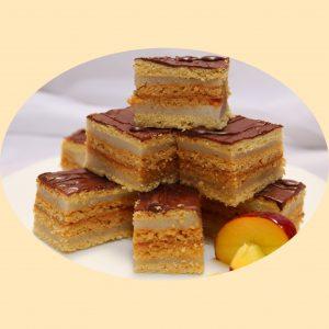 Mézes lapok könnyű kérmmel és baracklekvárral rétegezvett sütemény, teteje csokoládéval a tetején.