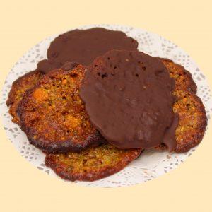 Dió és kandírozott narancshéjből aranybarnára sült lapok csokoládéba mártva.
