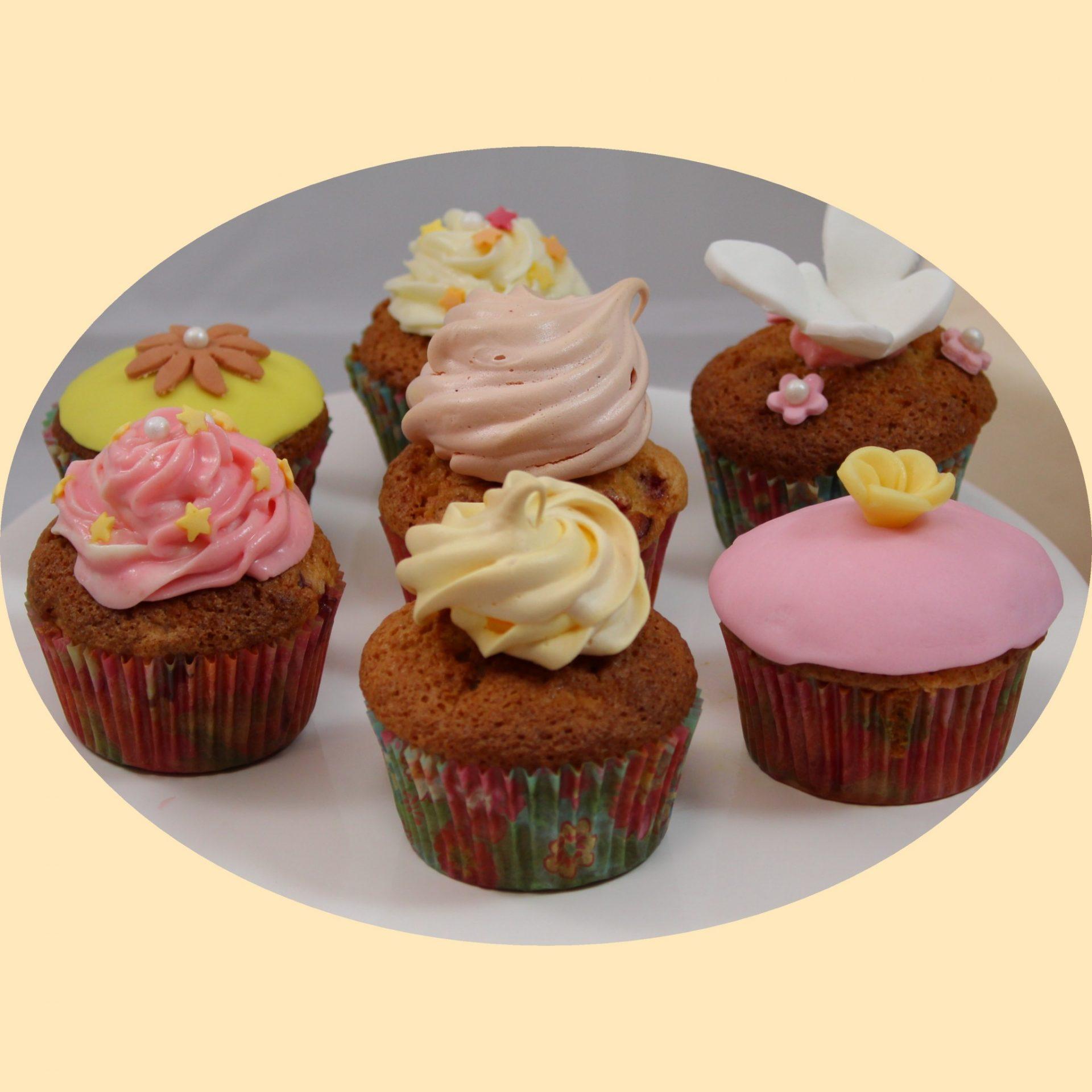 Muffin sütemény különboző díszítéssel a tetején.