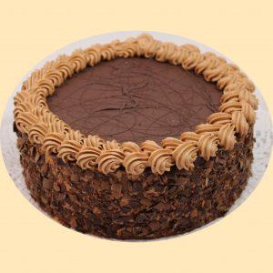 Csokoládé torta, teteje csokoládéval bevonva, oldala csokireszelékbe forgatva.