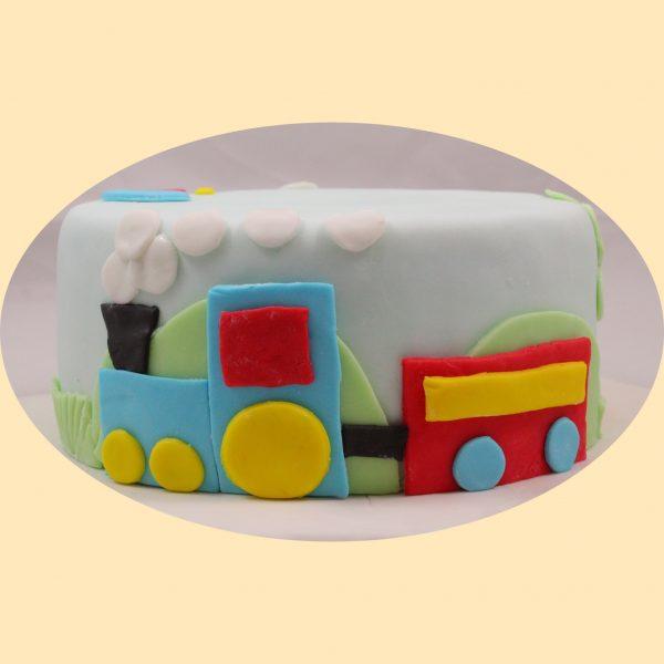 Fondant bevonatos gyermektorta kisfiúk részére vonat motívummal díszítve.