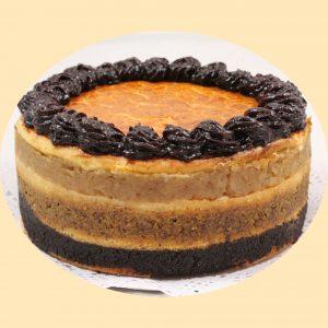 A flódni torta, egy három rétegű, mák, dió, és alma réteges tota, szilvalekvárral díszítve a tetején.